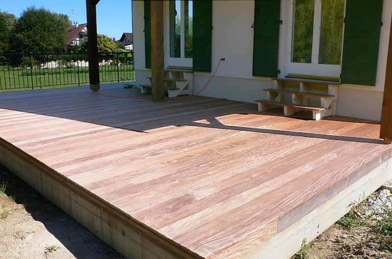 Revêtement bois d'une terrasse béton