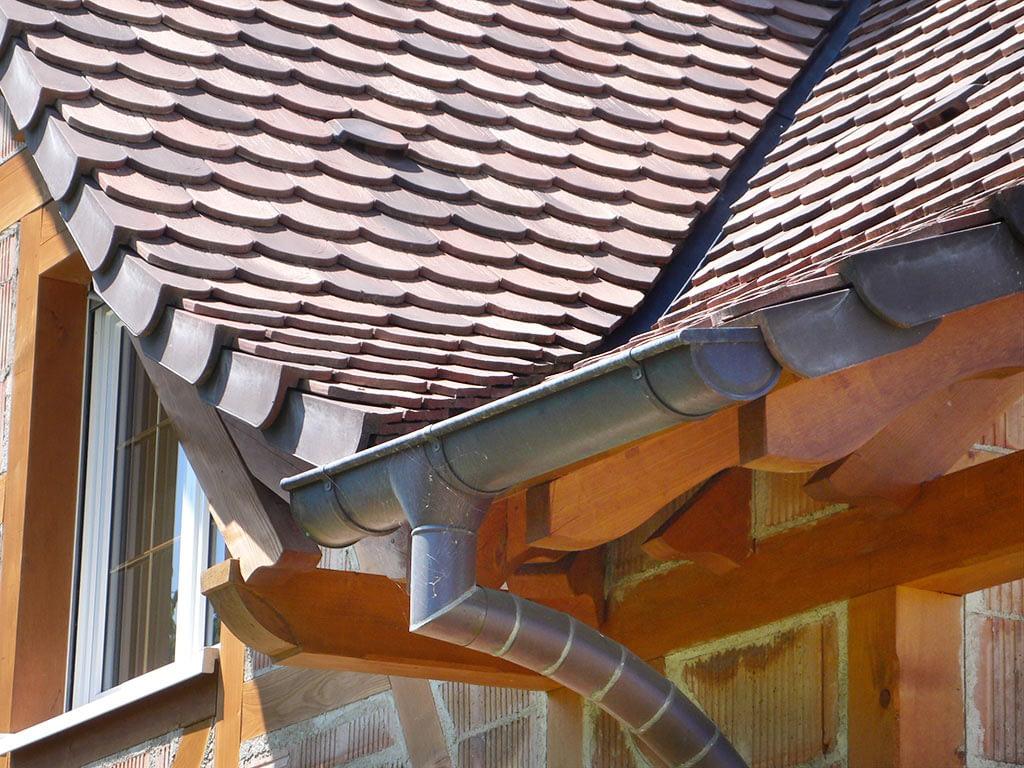 Construction hybride colombage et brique. Détai de la toiture
