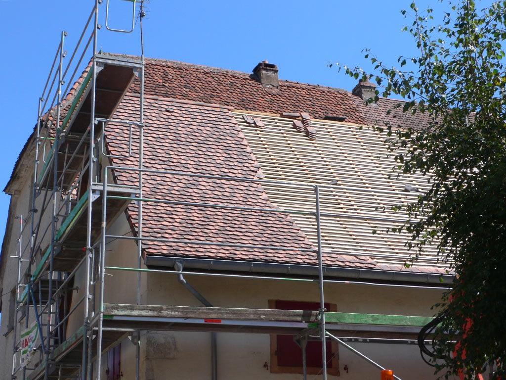 Rénovation toiture. Vue d'ensemble pendant travaux.