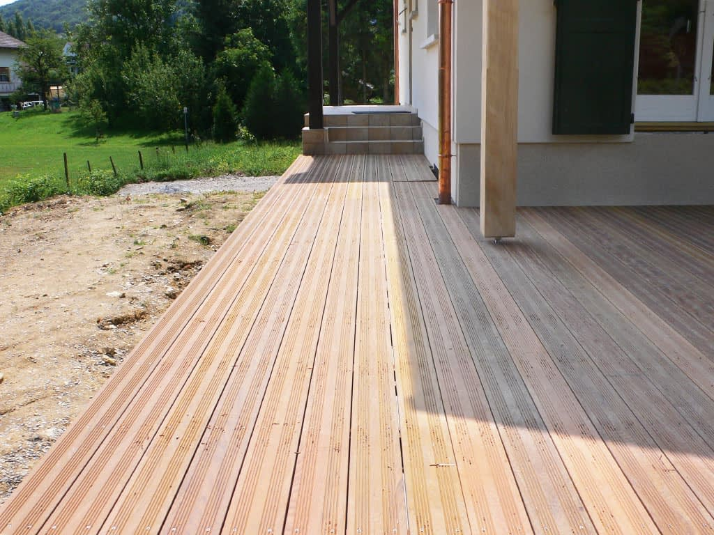 Terrasse sur socle béton. Habillage bois.