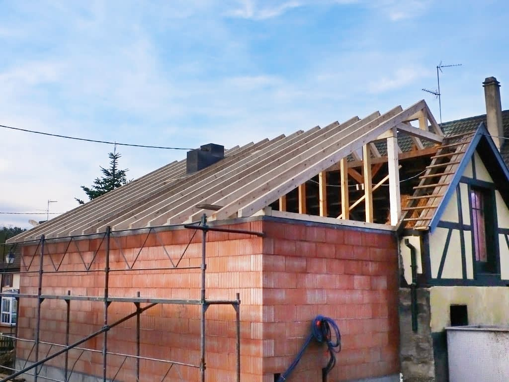 Couverture d'une extension de maison. Vue d'ensemble de la structure