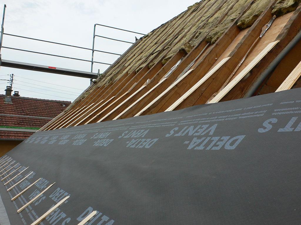 Rénovation toiture. Vue de la structure et du voile d'étanchéité.